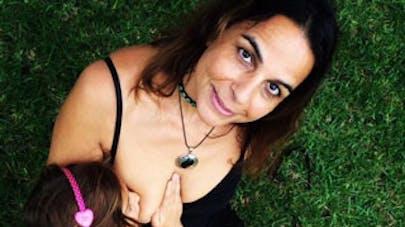 Australie : une maman de 52 ans allaite encore sa fille de   6 ans !