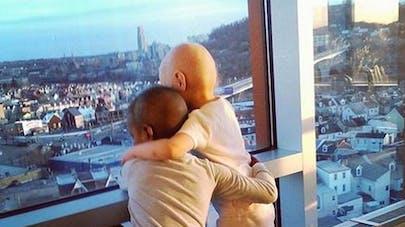 La photo de deux petites filles atteintes d'un cancer   émeut la Toile