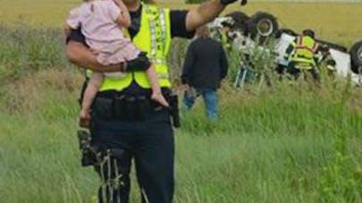 Photo : ce policier épargne l'horreur d'un accident de   voiture à une petite fille