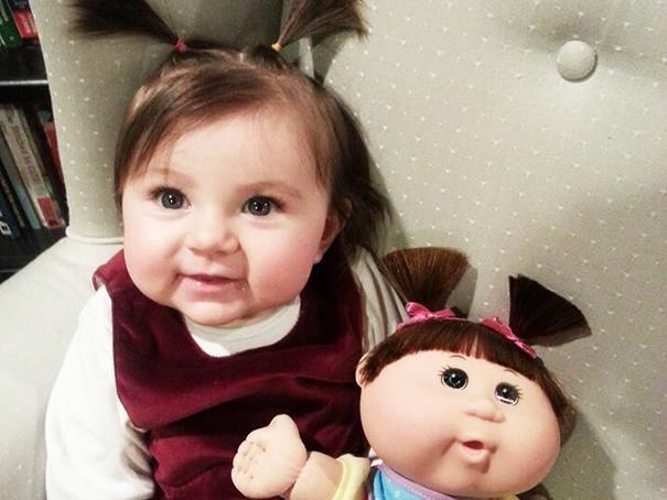 Ces bébés et ces poupées, de vrais jumeaux !