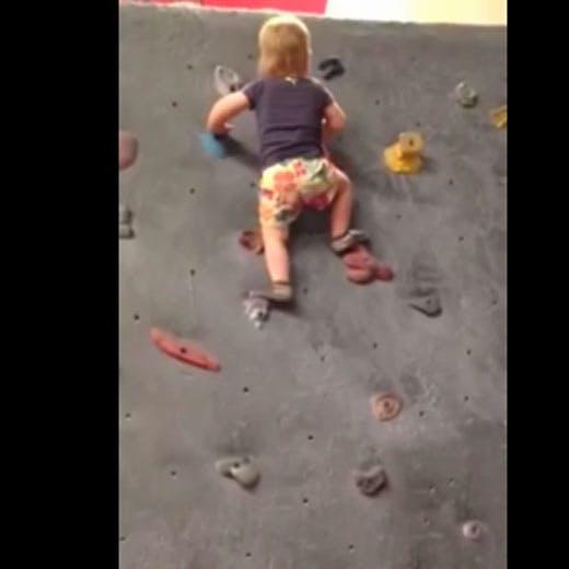 Vidéo : elle fait de l'escalade avant même de commencer à   marcher !