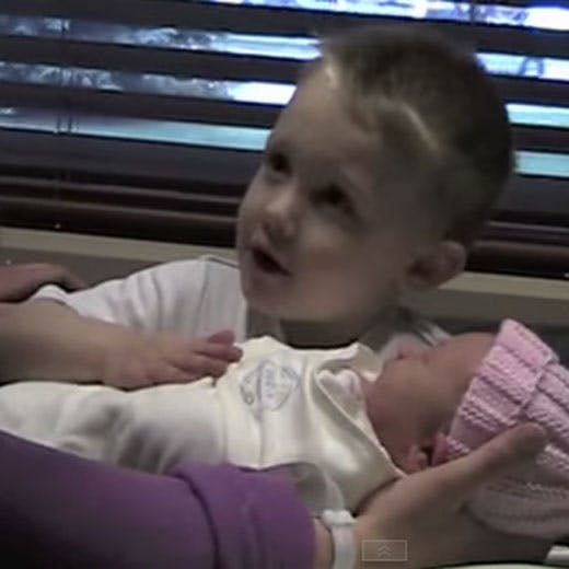 D'après-vous, quelle question pose ce petit garçon en   découvrant sa sœur pour la première fois ?