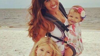 Facebook : une mère épinglée parce qu'elle a utilisé un   porte-bébé pour sa fille de 5 ans !