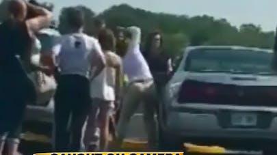 Vidéo : une femme casse la vitre d'une voiture pour sauver   un enfant