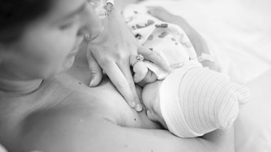 Photos : la première tétée de Bébé