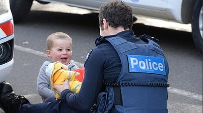 Australie : l'attention émouvante d'un policier pour   protéger un enfant