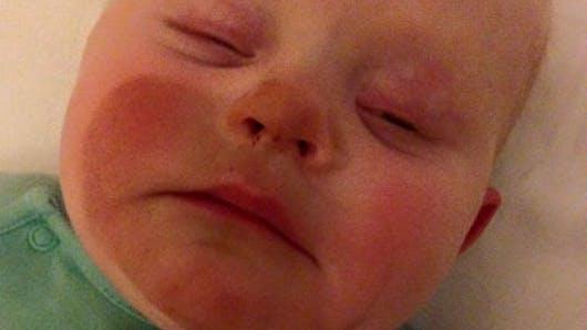 Photo : voilà pourquoi il ne faut pas allaiter son bébé   après s'être mis de l'autobronzant !