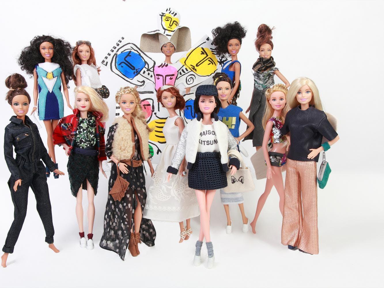 Barbie : 13 créateurs de mode relookent la poupée préférée   des fillettes !