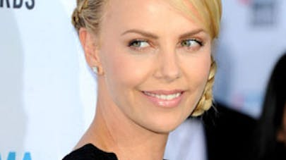 Charlize Theron adopte une petite fille