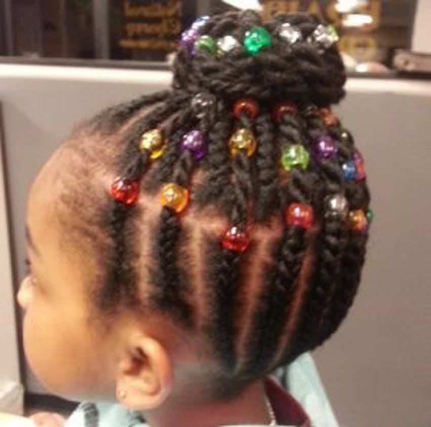 Tresses en chignon et perles colorées
