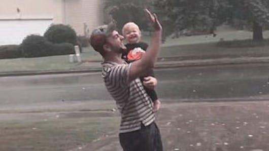 Vidéo : l'adorable réaction de cette fillette qui joue   sous la pluie pour la première fois