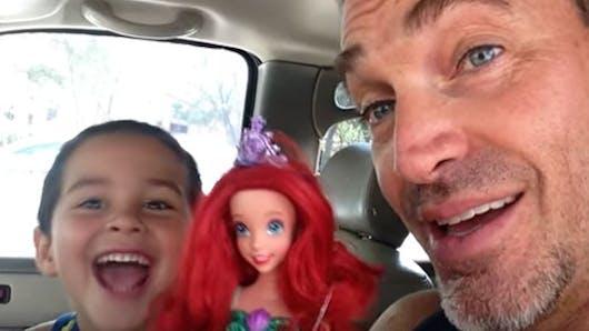 Vidéo : l'incroyable réaction de ce papa quand son fils   choisit une poupée pour son anniversaire