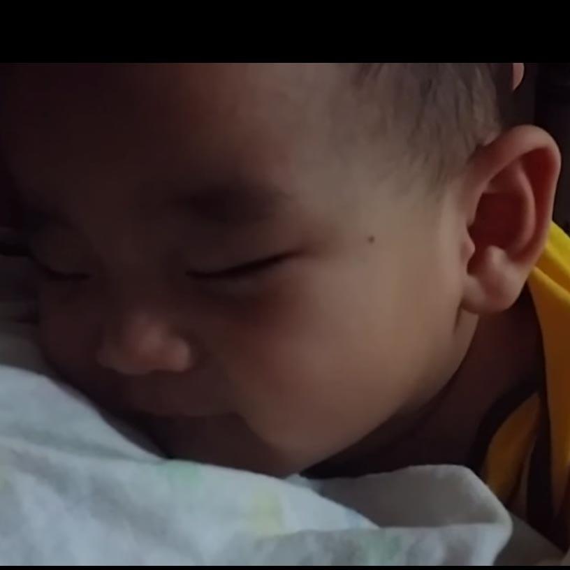 Vidéo mignonne : un bébé endormi sourit quand son père lui   je t'aime