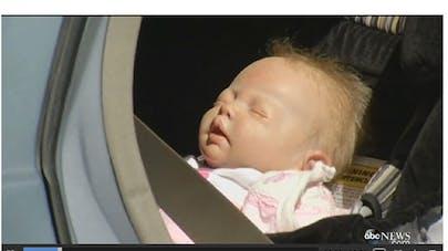 Etats-Unis : ils brisent la fenêtre d'une voiture et   découvrent que le bébé est une poupée !