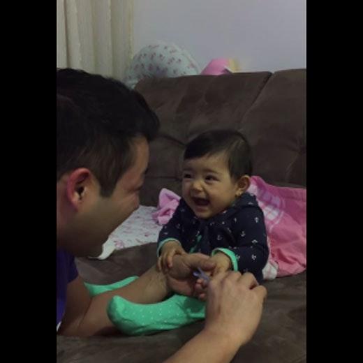 Vidéo : la réaction hilarante de ce bébé lorsque son papa   essaie de lui couper les ongles