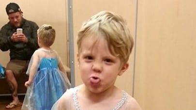 Photo : ce petit garçon veut le costume de la Reine des   Neiges pour Halloween