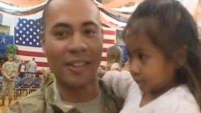 Vidéo : une fillette de 3 ans bouscule le protocole en   allant embrasser son père