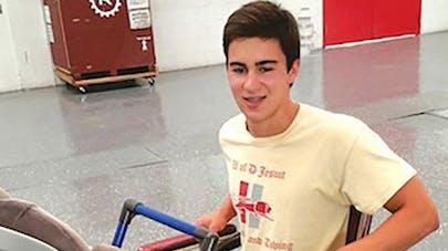 Etats-Unis : un adolescent invente une poussette pour les   parents en fauteuil roulant