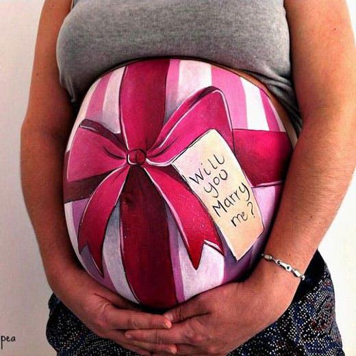 Photo : il demande sa femme en mariage avec un belly   painting