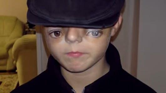 Vidéo : il réalise un maquillage flippant à son fils pour   Halloween