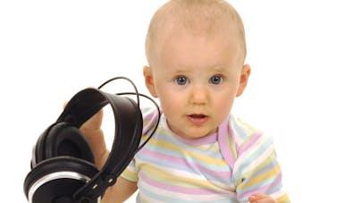 Près de 10 % des enfants de moins de deux ans s'endorment  avec des écouteurs