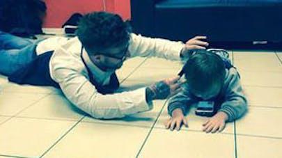 Royaume-Uni : un coiffeur réalise sa première coupe de   cheveux à un enfant autiste