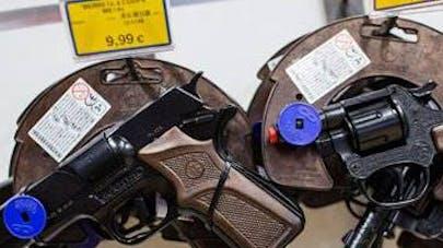 Les grandes enseignes de jouets retirent les armes   factices de leurs rayons