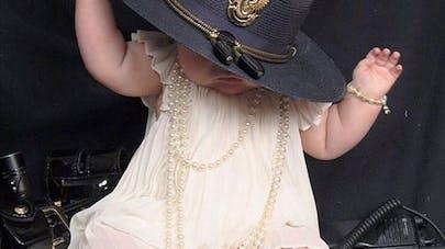 L'image déchirante d'un bébé qui a perdu sa maman agent de   police