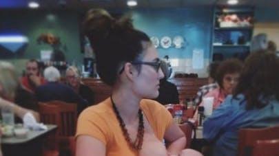 Une maman publie une photo d'elle en train d'allaiter pour   dénoncer ceux qui la jugent