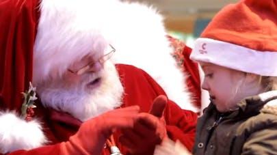 Vidéo : un père Noël communique avec une enfant muette   grâce au langage des signes