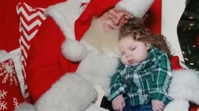 La belle photo d'un père Noël avec un enfant   épileptique