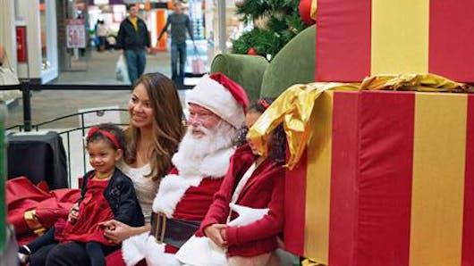Vidéo émotion : le père Noël exauce le vœu le plus cher  d'une petite fille