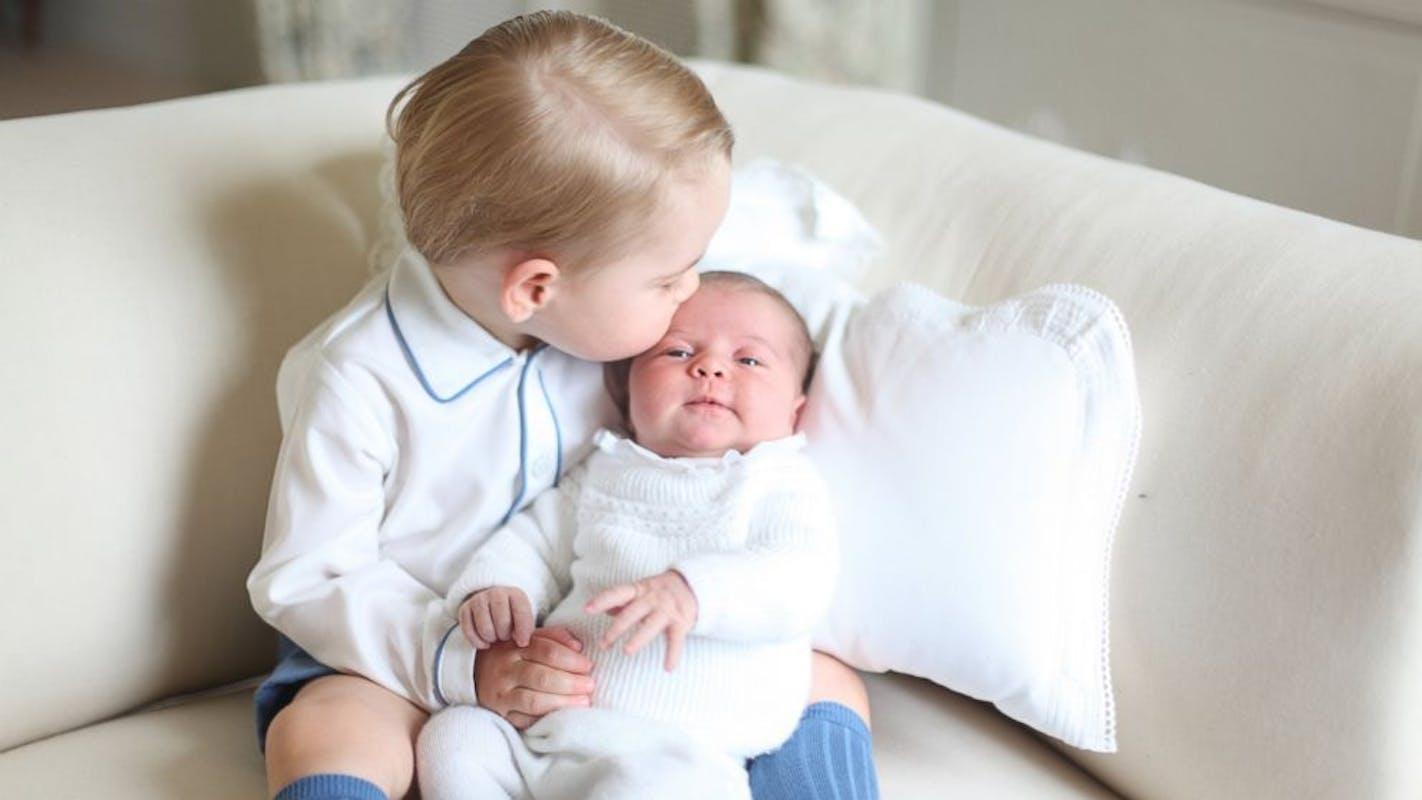 George présente sa petite soeur au reste du         monde