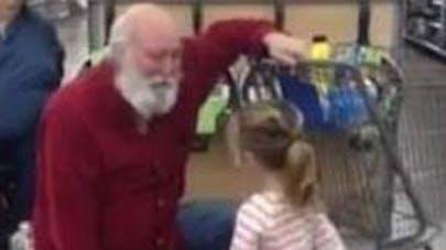 Une fillette confond le client d'un magasin avec le père   Noël (vidéo)