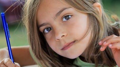 Une fillette écrit une lettre à ses parents pour avoir   plus de vacances