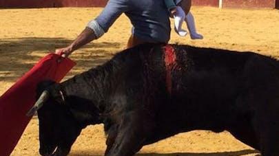 Un torero pose avec son bébé dans l'arène et fait   polémique