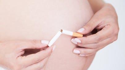Près d'une fumeuse sur deux reprend la cigarette après   l'accouchement