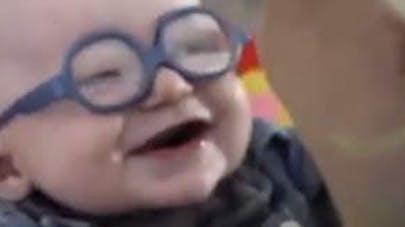 Vidéo : l'émouvante réaction d'un bébé malvoyant qui voit   sa mère pour la première fois