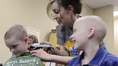 Des enfants se rasent la tête pour soutenir leur camarade   atteint d'un cancer