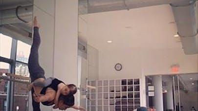 Une maman, artiste du Cirque du Soleil, poste de super   photos et vidéos où elle s'entraîne avec sa fille sur le   dos