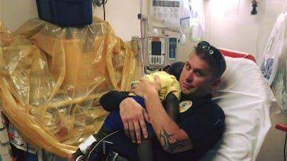 La photo d'un policier réconfortant un jeune enfant fait   le buzz