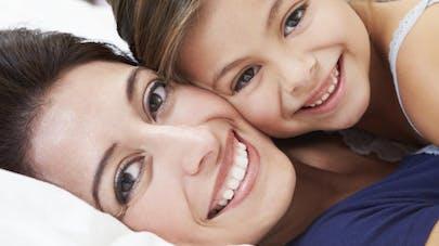 Les mamans accros à leur smartphone plus stressées