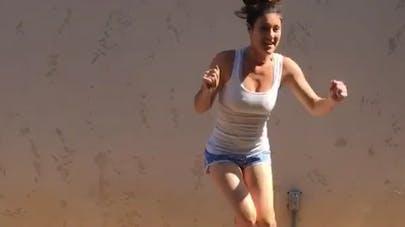 Une maman choque en réalisant du fitness au-dessus du lit   de son bébé
