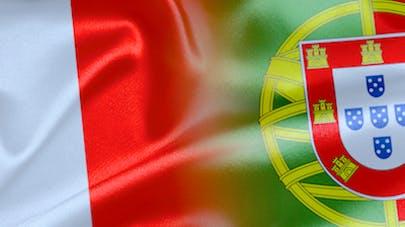 Euro 2016, un jeune Portugais console un supporter   français