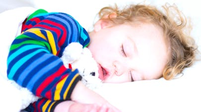 Coucher tôt un jeune enfant limiterait son risque   d'obésité