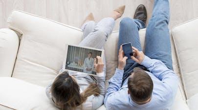 Couple en vacances: le smartphone est un vrai   tue-l'amour!
