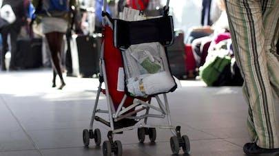 Le train part avec leur bébé à l'intérieur