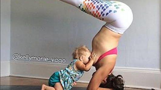 Une maman allaite sa fille en pleine posture de  yoga
