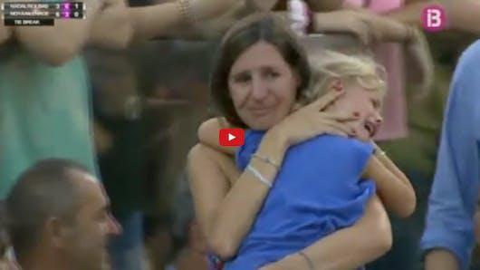 Rafael Nadal interrompt son match contre John McEnroe pour   aider une spectatrice à retrouver sa fille
