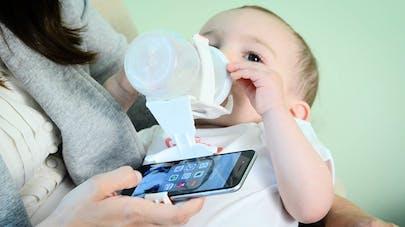 Un papa invente le porte-biberon pour smartphone